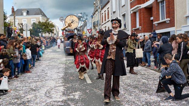 Confettis 🎉  et ambiance de carnaval 🥳 dans les rues de Cholet